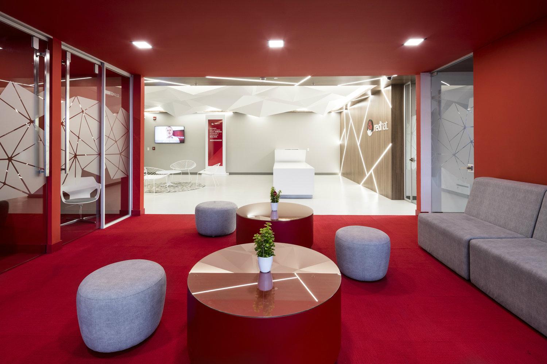 Red hat oficinas que inspiran arquitectura dise o decoraci n y tendencias - Diseno de oficinas ...