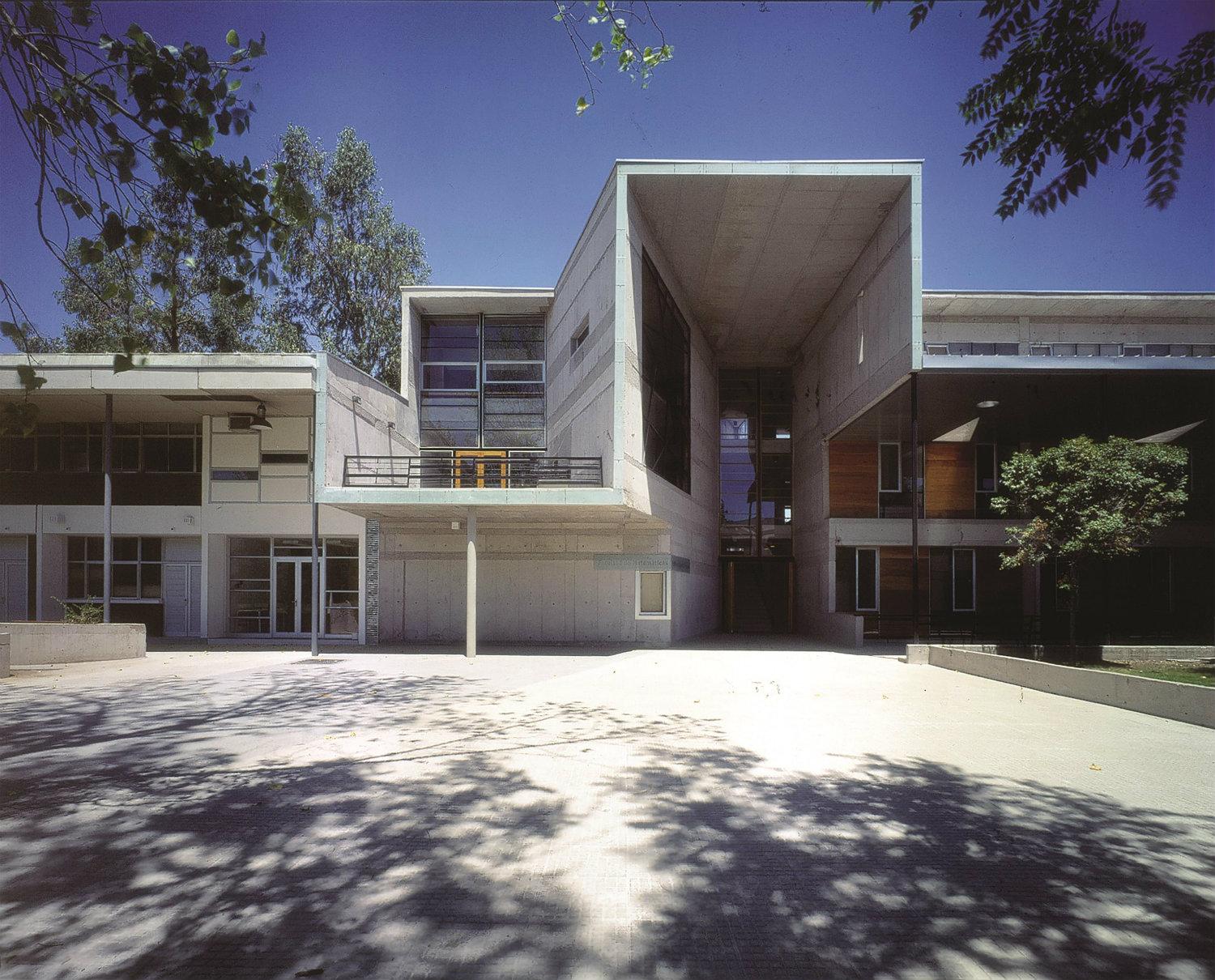 Escuela de Matemáticas (1999), Universidad Católica de Chile, Santiago, Chile. Fotografía: Tadeuz Jalocha. Cortesía: Elemental.