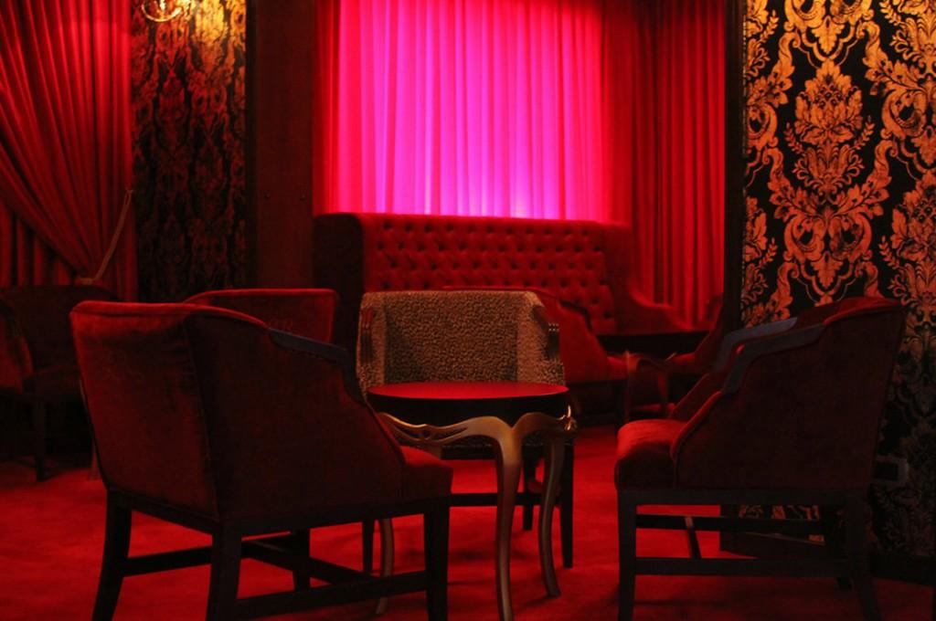 El terciopelo rojo empleado en cortinas y muebles es proagonista en Red Room.