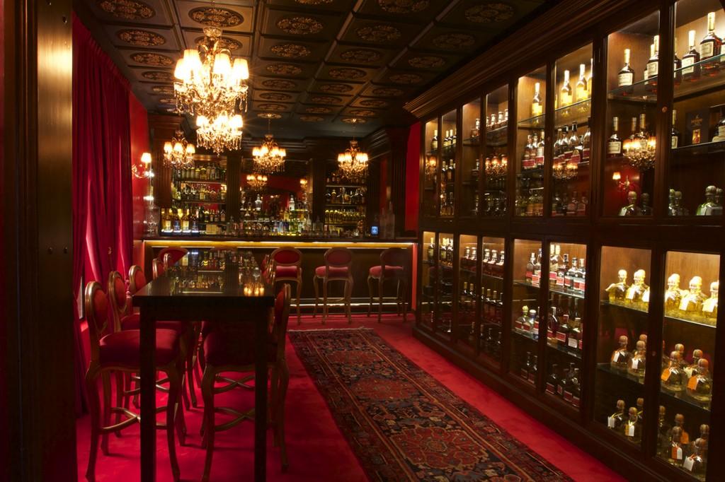 Vista del bar en el primer nivel. Se aprecia la riqueza de materiales y detalles de piso a techo.