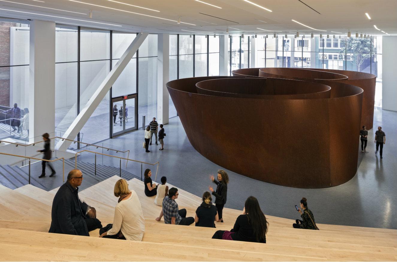 Secuencia, escultura de Richard Serra, 2006, en la galería Roberts Family. Fotografía: © Henrik Kam, cortesía, SFMOMA.