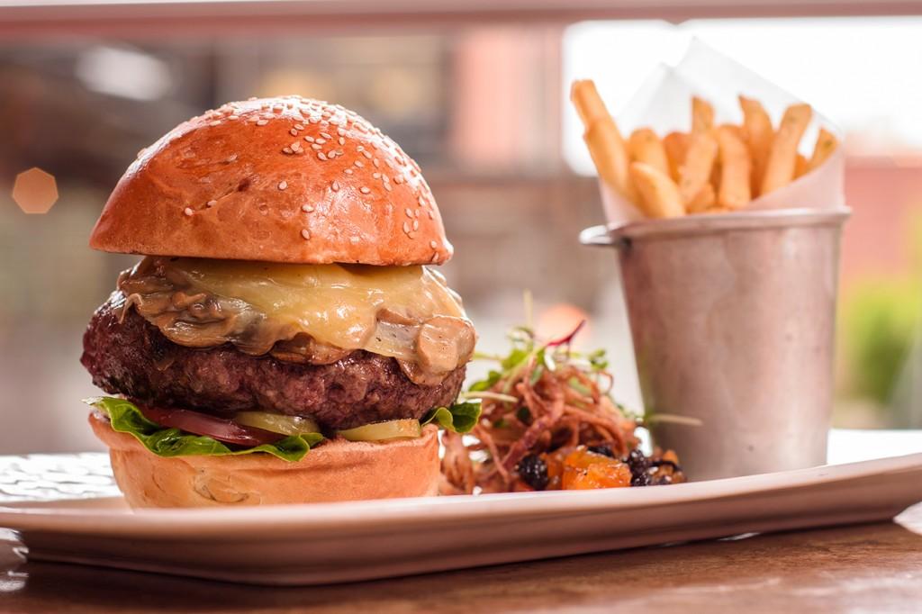 Los comensales pueden elegir los ingredientes con los que desea armar su hamburguesa, sándwich, wrap, pizza, pasta, ensalada o dejarse conquistar por las sugerencias del chef.