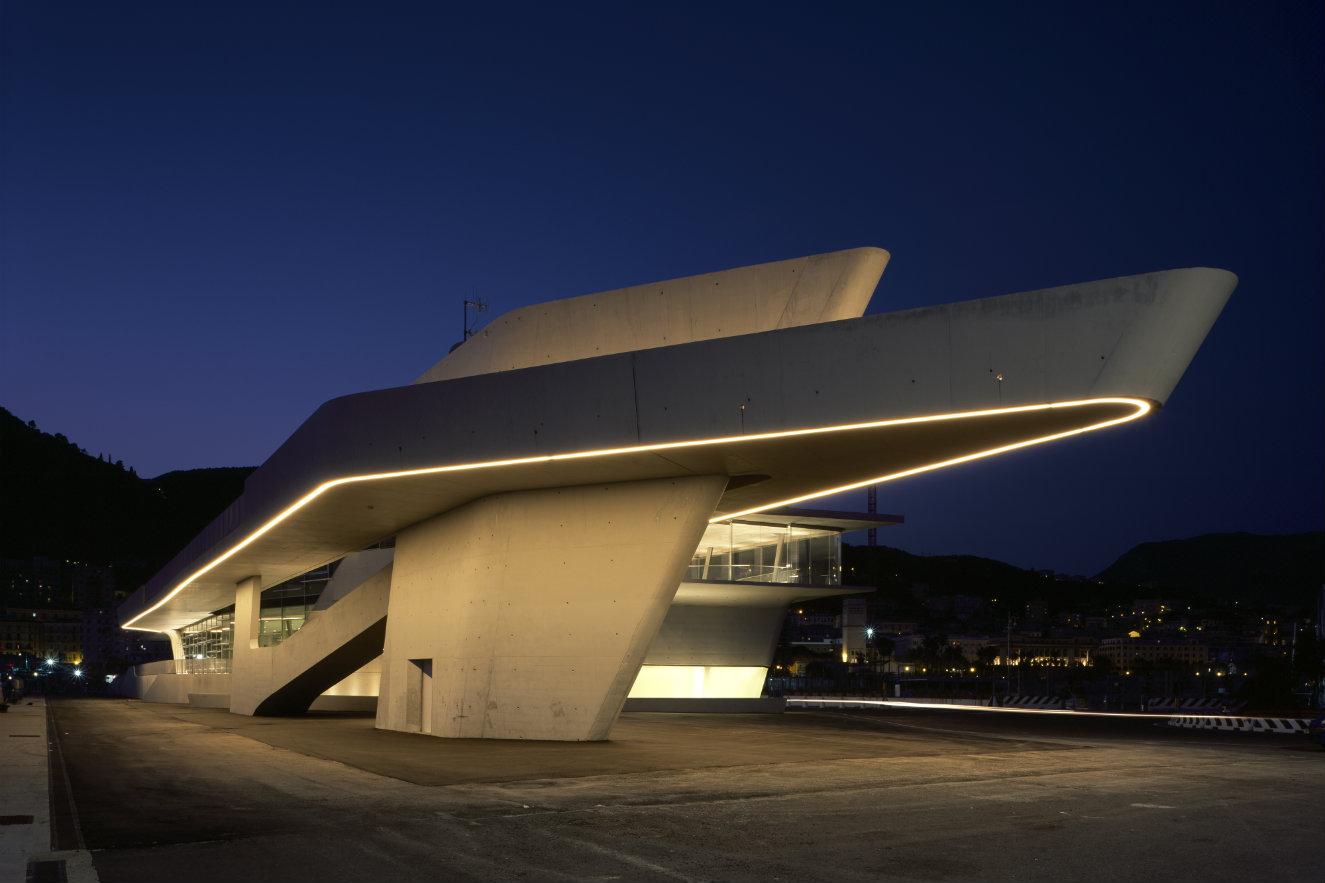 Al iluminarse en la noche, la terminal se convierte en un faro para las embarcaciones que se acercan a ella. Fotografía: ©Helene Binet. Cortesía, Zaha Hadid Architects.