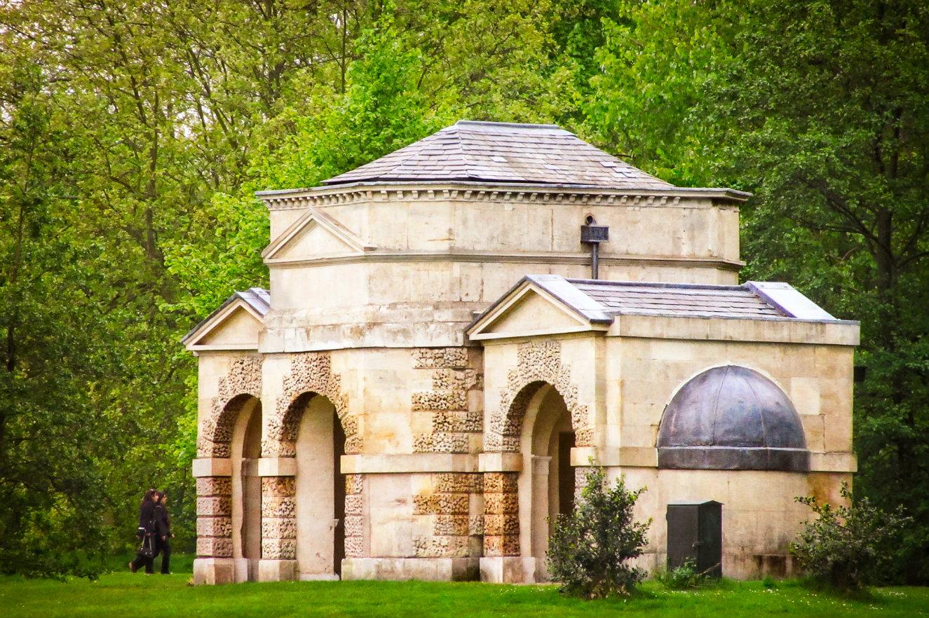 Queen Caroline's temple. Las 'casas veraniegas' están inspiradas en su diseño. Fotografía: Garry Knight, cortesía, Serpentine Gallery.