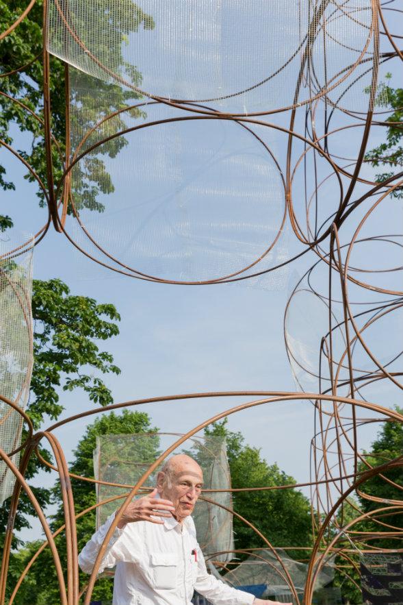 El arquitecto Yona Friedman en su 'casa veraniega'. Fotografía: © Iwan Baan, cortesía, Serpentine Gallery.