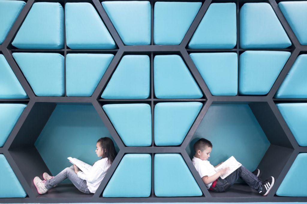 El diseño juega con la geometría, los colores y la naturaleza. Fotografía: cortesía AEI Arquitectura e Interiores