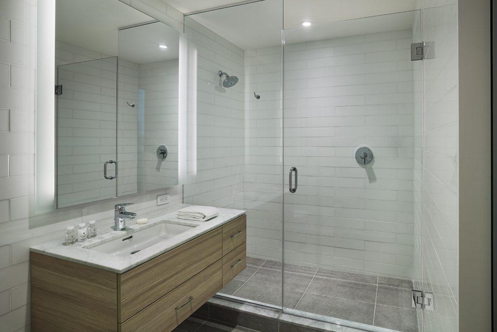 El baño se caracteriza por ser claro y amplio.