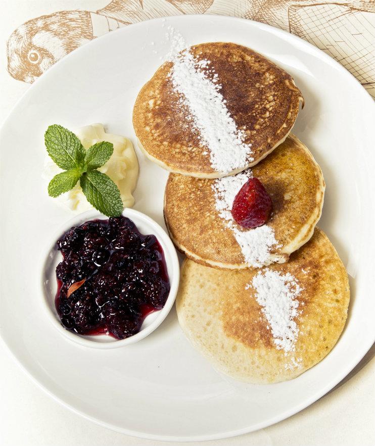 Pancakes con crema y frutos rojos. Fotografía: cortesía, Ganso y Castor.