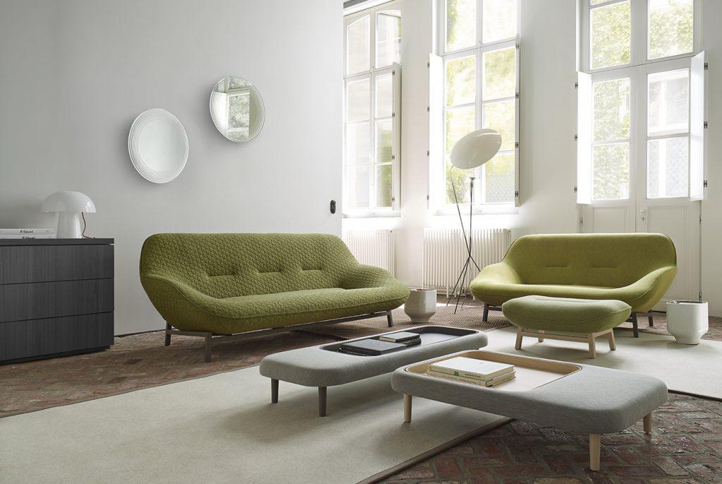 En esta vanguardista y confortable sala, sofá 'Cosse', diseñado por Philippe Nigro. Incluye un sillón, un sofá mediano de dos plazas, uno grande de tres puestos y un reposapiés. Al fondo, lámpara de pie 'Solveig'. La pantalla se conecta a la base a través de un imán que permite modificar el ángulo del reflector. Todo de Ligne Roset, en Spazio W. Fotografía: cortesía Spazio W