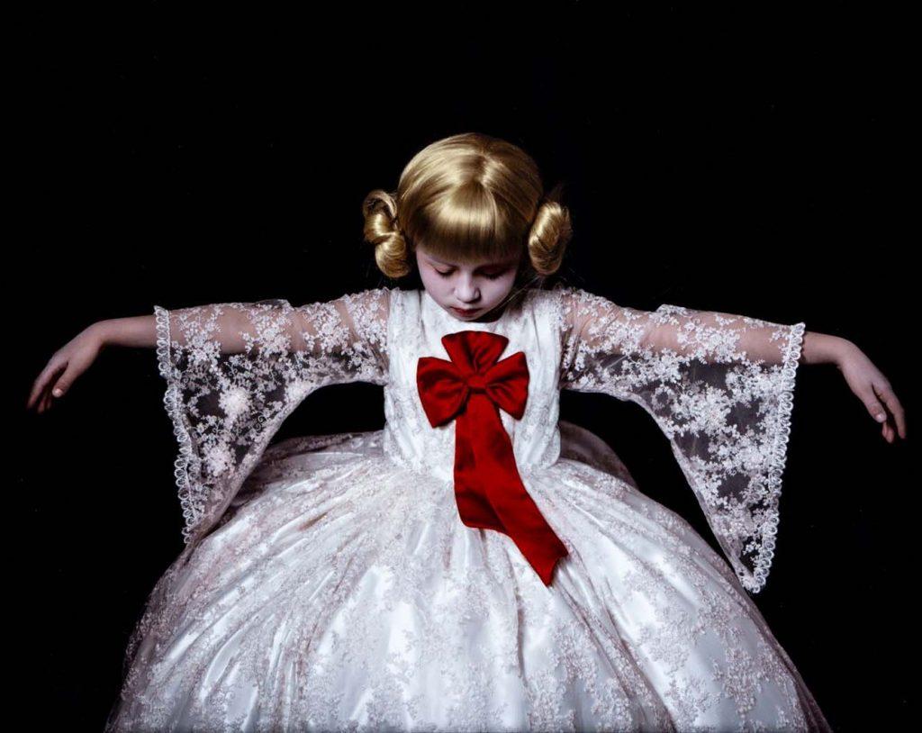 Lote 49. Adriana Duque, [Agnès, de la serie niños barrocos: de templos, montajes e infancias], 2009. Fotografía: cortesía Bogotá Auctions.