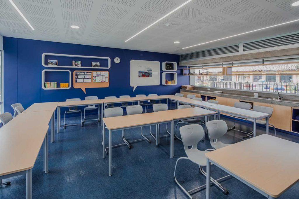El diseño de las aulas responde al concepto de aprender divirtiéndose. El color juega un papel fundamental en los salones de clase. Fotografía: Alejandro Arango. Cortesía: EEM.