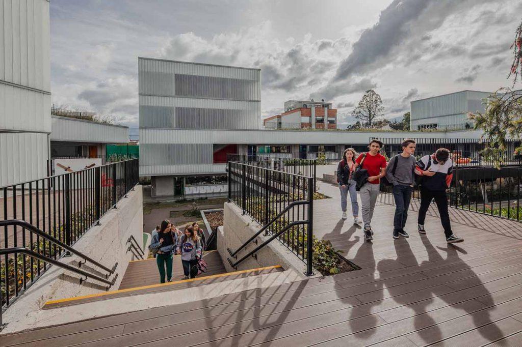 A través de escaleras y puentes los estudiantes pueden acceder a  las aulas de la nueva etapa. Fotografía: Alejandro Arango. Cortesía: EEM.